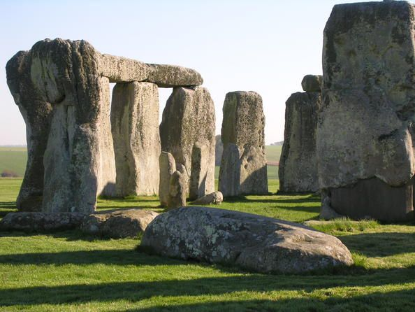 Reino Unido 07 Stonehenge, Avebury y sitios anejos  Situados en el condado de Wiltshire, los conjuntos megalíticos de Stonehenge y Avebury figuran entre los más célebres del mundo. Ambos santuarios están constituidos por círculos de menhires dispuestos en un orden cuya significación astronómica todavía no se ha dilucidado. Estos lugares sagrados y los distintos sitios neolíticos de los alrededores son testimonios incomparables de los tiempos prehistóricos.