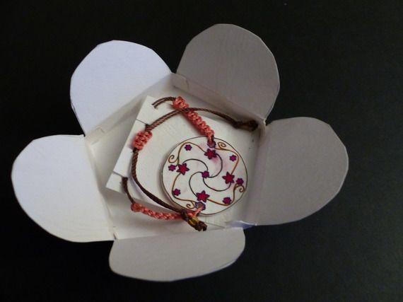 Bracelet ajustable, macramé et intercalaire plastique dingue