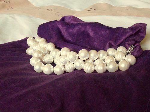 5ac7872005df Maxi collar de perlas engarzado con alargador de plata de ley. Hecho a  mano. Precio  76€   AHORA EN OFERTA 69€