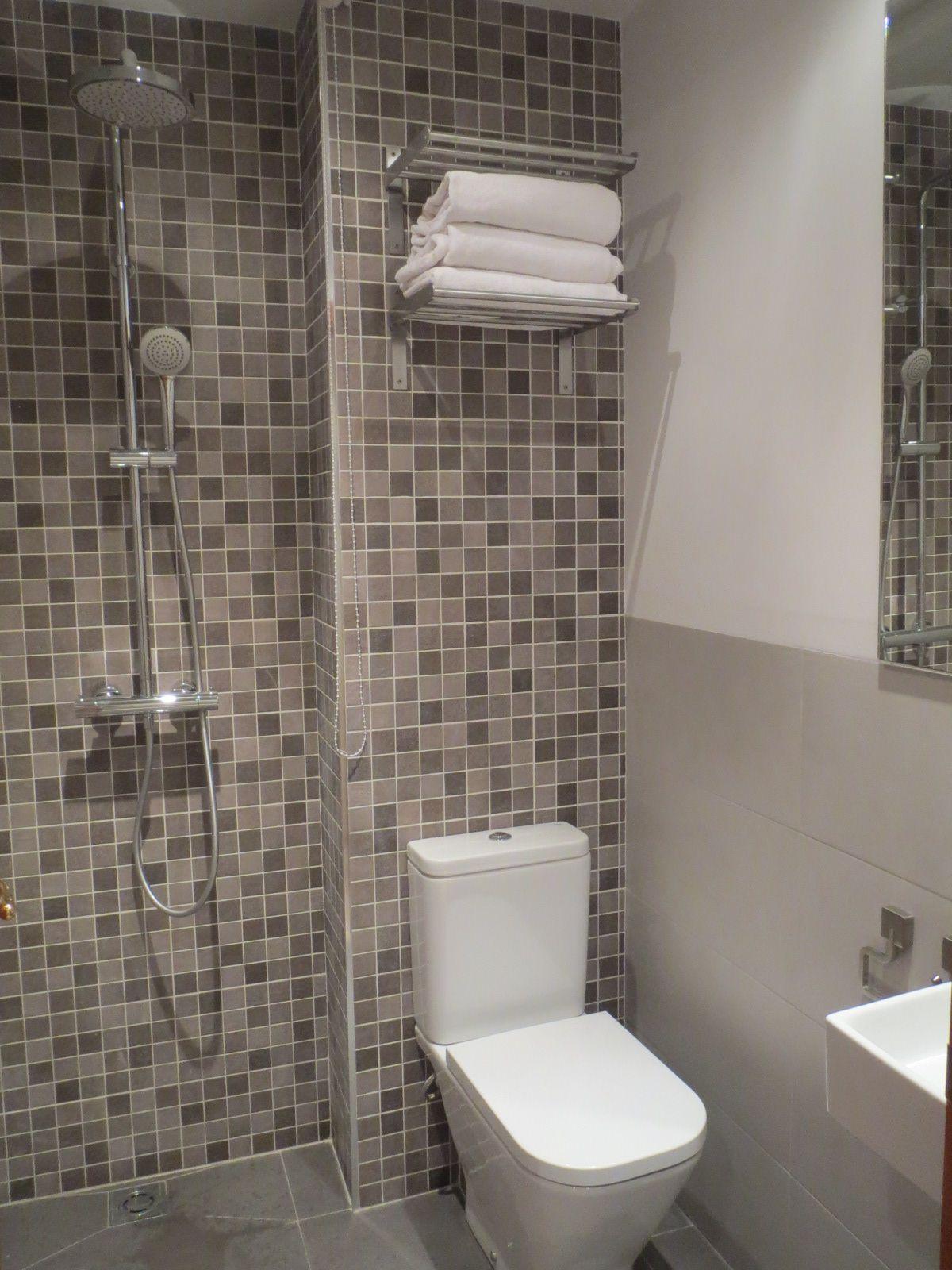 Aseo reformado y equipado con lavabo inodoro y ducha reformas barcelona samaniego - Reformas de banos en barcelona ...