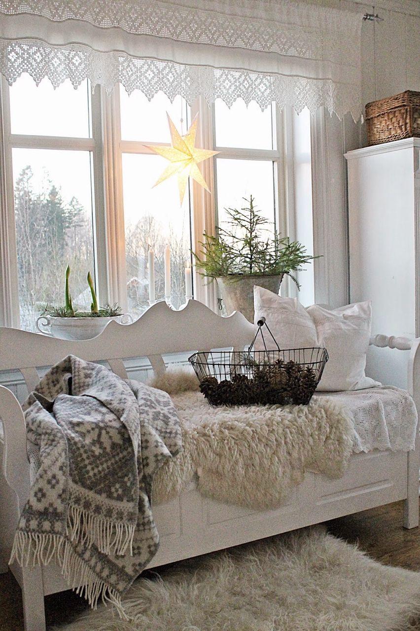 Banco blanco bajo la reja con cojines y mantas.   Sunroom ...