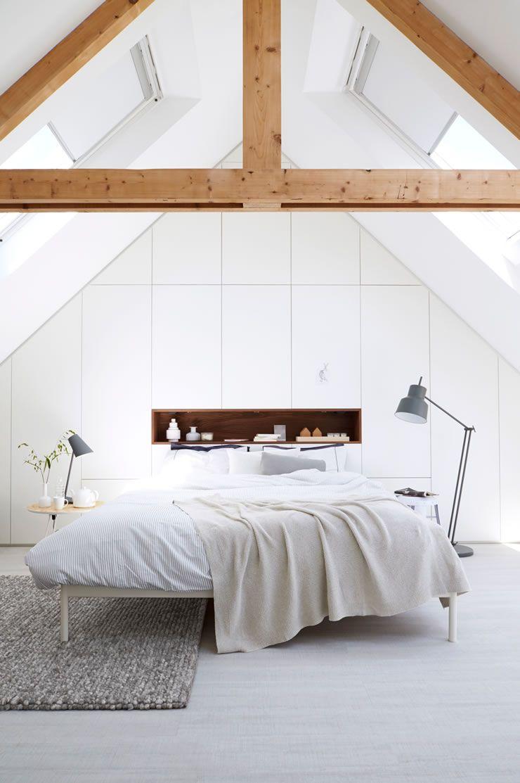 Rollos für schlafzimmer  Schlafzimmer in Weiß mit dekorativen Holzträgern | Schlafzimmer ...