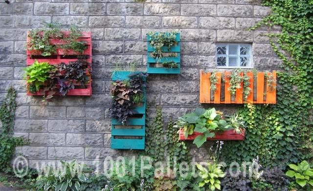Turn your old pallets into wall gardens bypainting them with bright colors ! ++ Via Stacy.K Floral…
