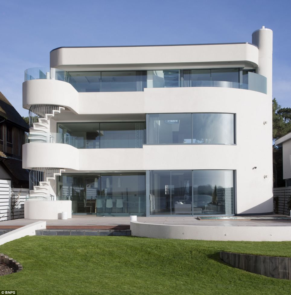Amiri This Six Bedroom House Has A Swimming Pool In The Ba T And Features Extensive Hardwood Decking And Frameless Glba Rades A