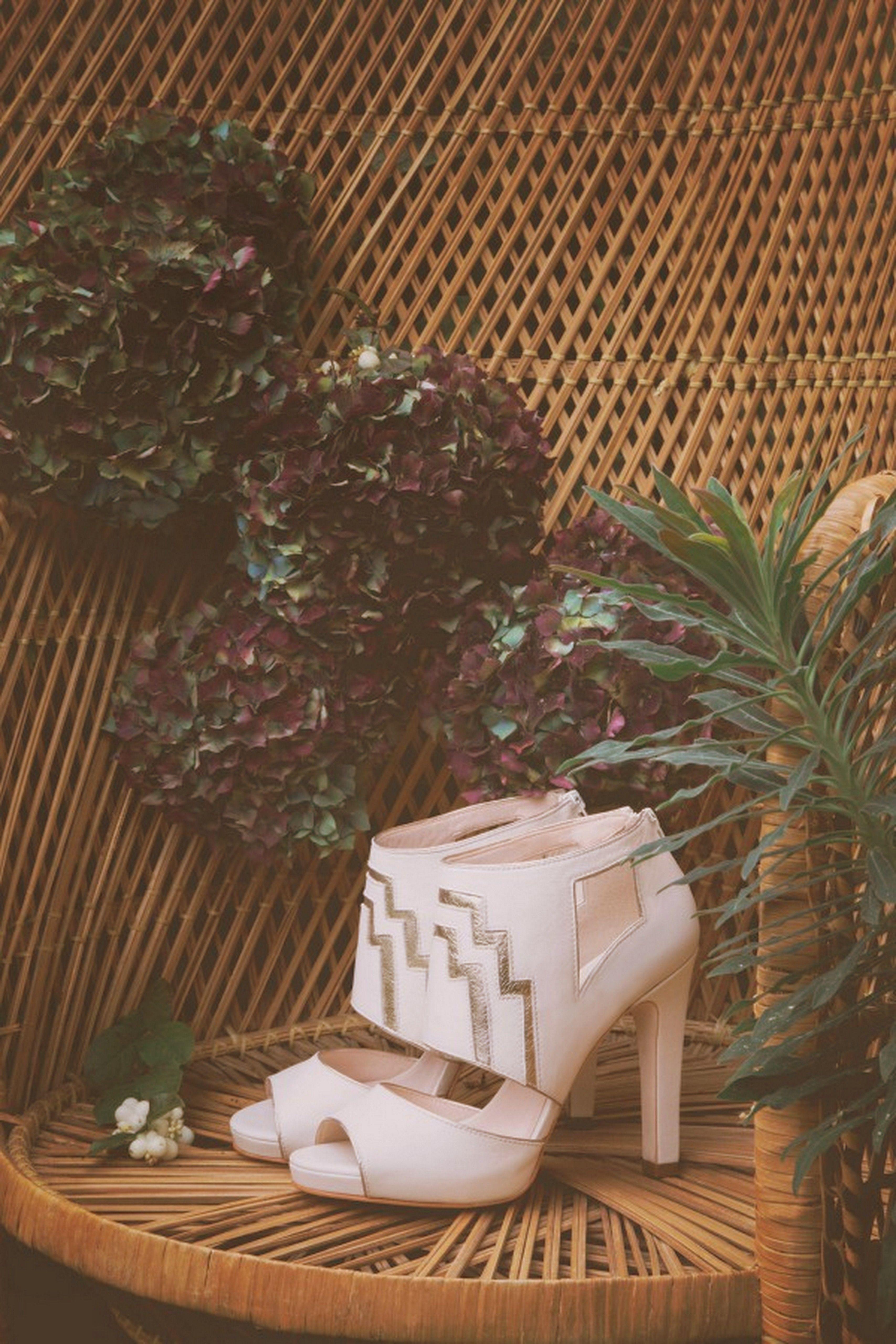 a897df36a35f61 ELISE HAMEAU x COSMOPARIS | Robe de Mariée / bouquet / shoes ...