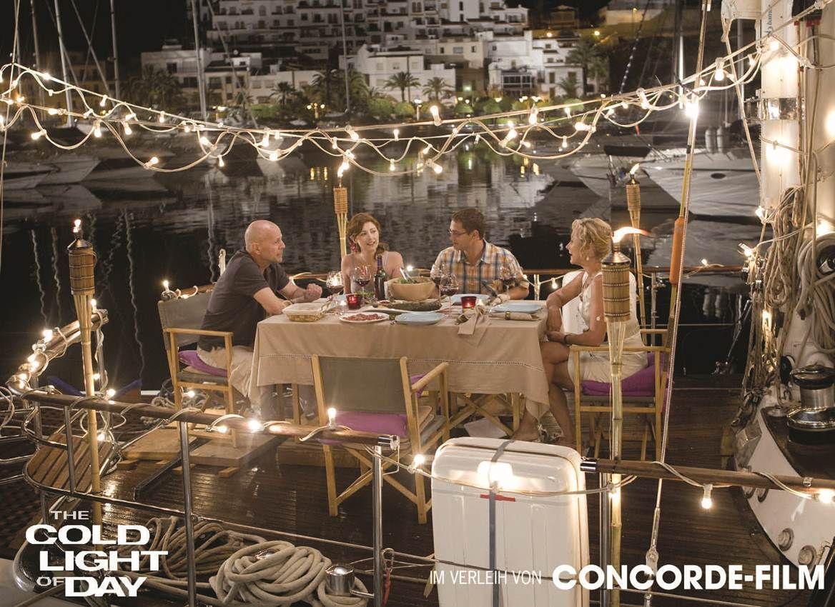 Martin (Bruce Willis), Dara (Emma  Hamilton), Josh (Rafi Gavron) und  Laurie (Caroline Goodall) genießen  die laue Sommernacht bei einem  gemeinsamen Essen.