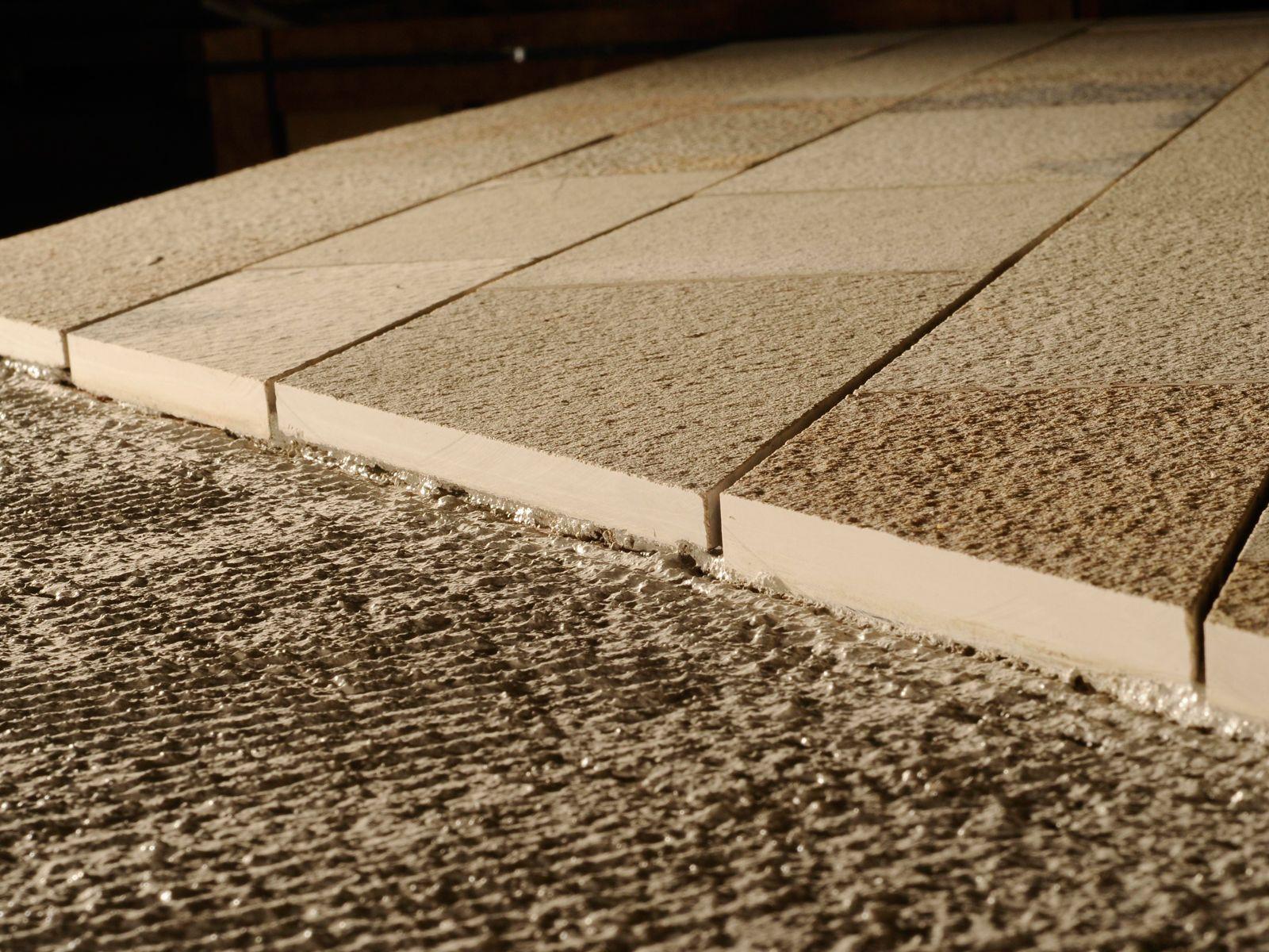 Detalle del encolado de la piedra solnhofen en capa media - Materiales de construccion en alicante ...