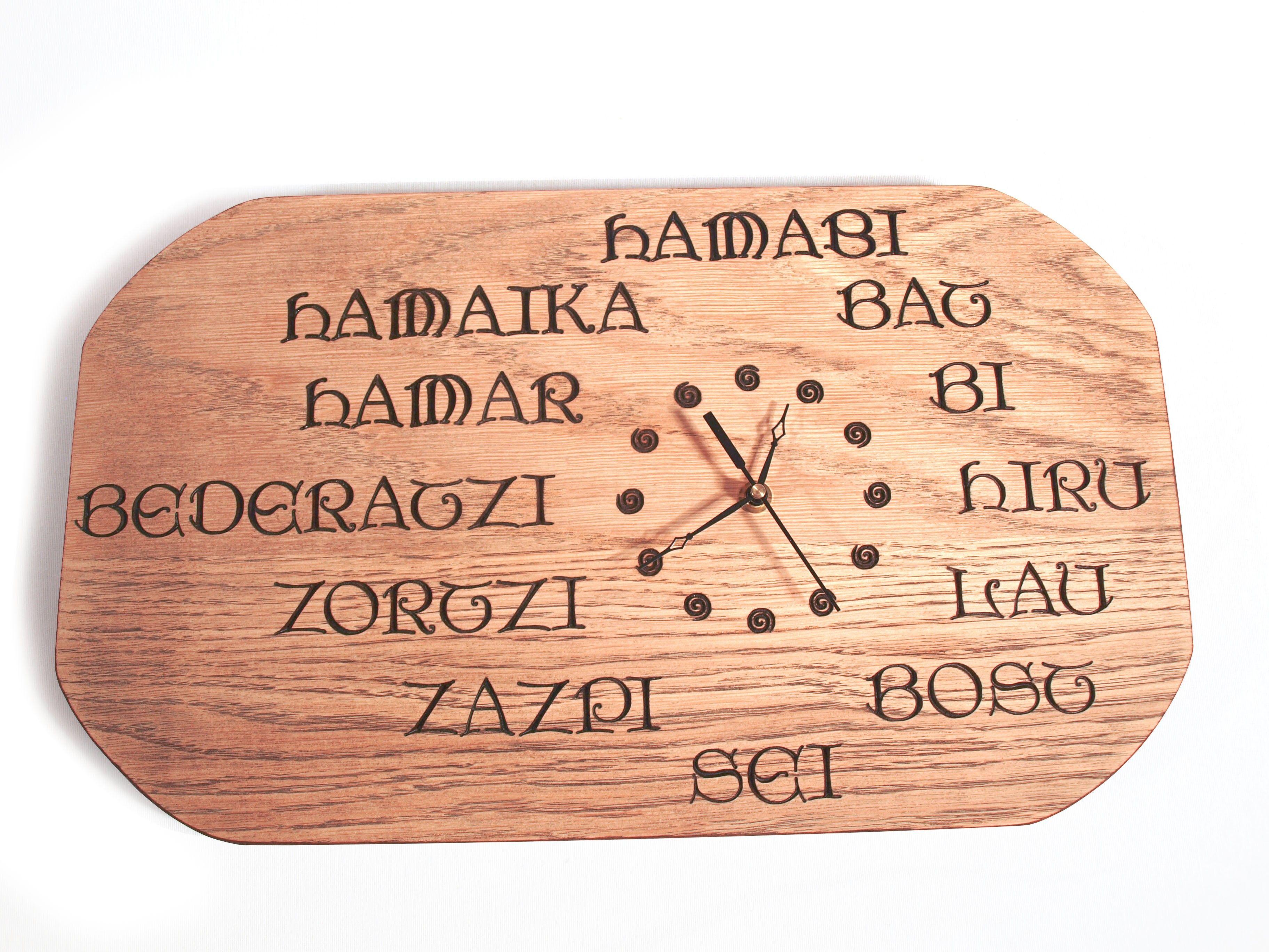 f63360943dca Reloj tallado en madera de roble en bajorrelieve