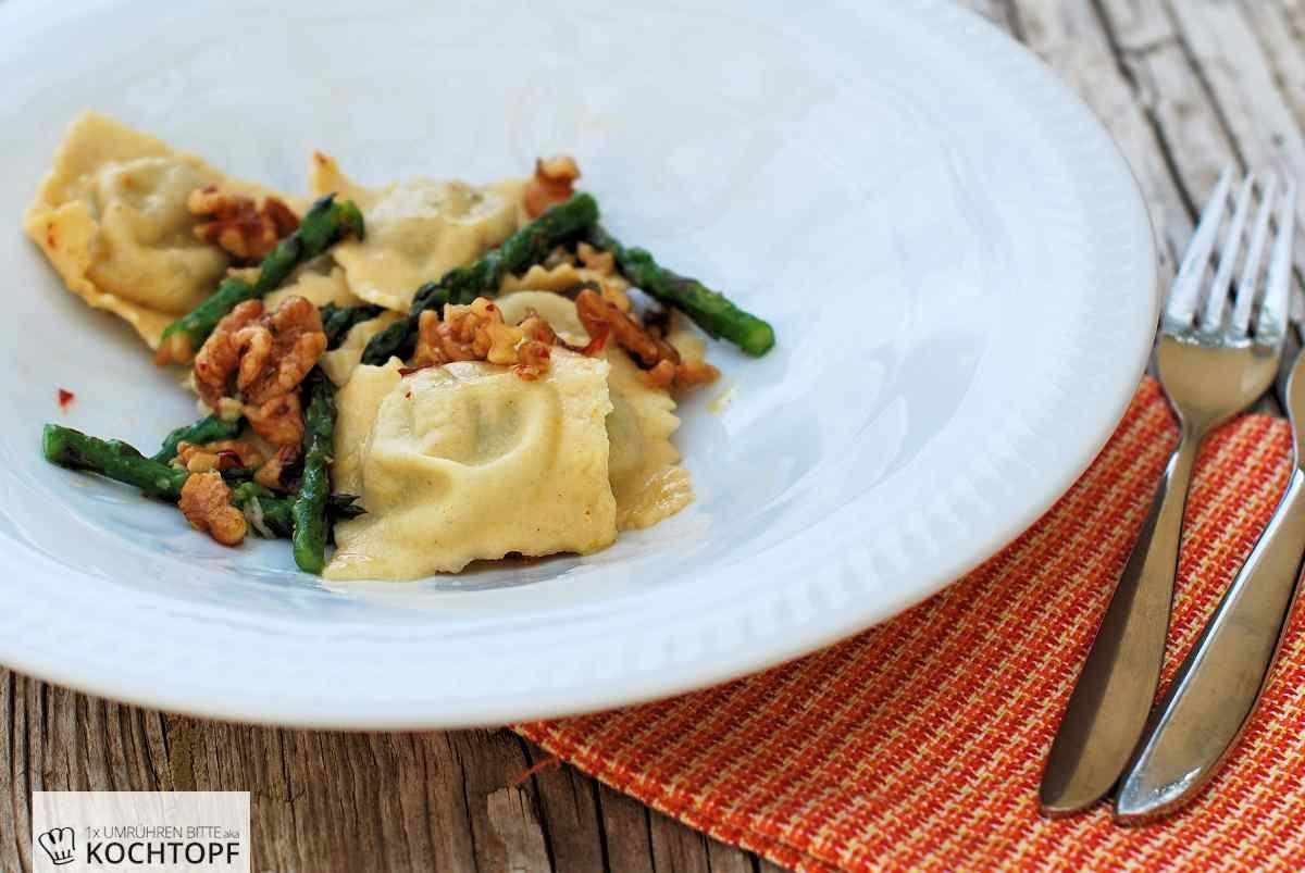 Selbstgemachte Spargel-Ravioli mit scharfer Walnuss-Butter