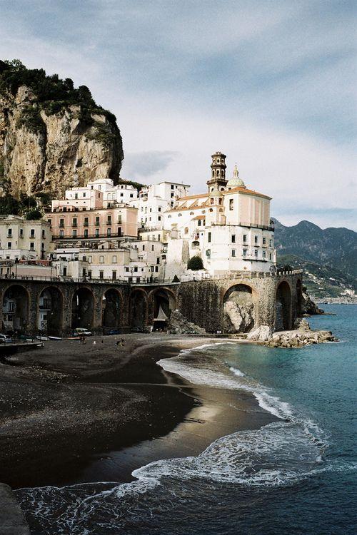Atrani ist eine italienische Gemeinde an der Amalfiküste ...