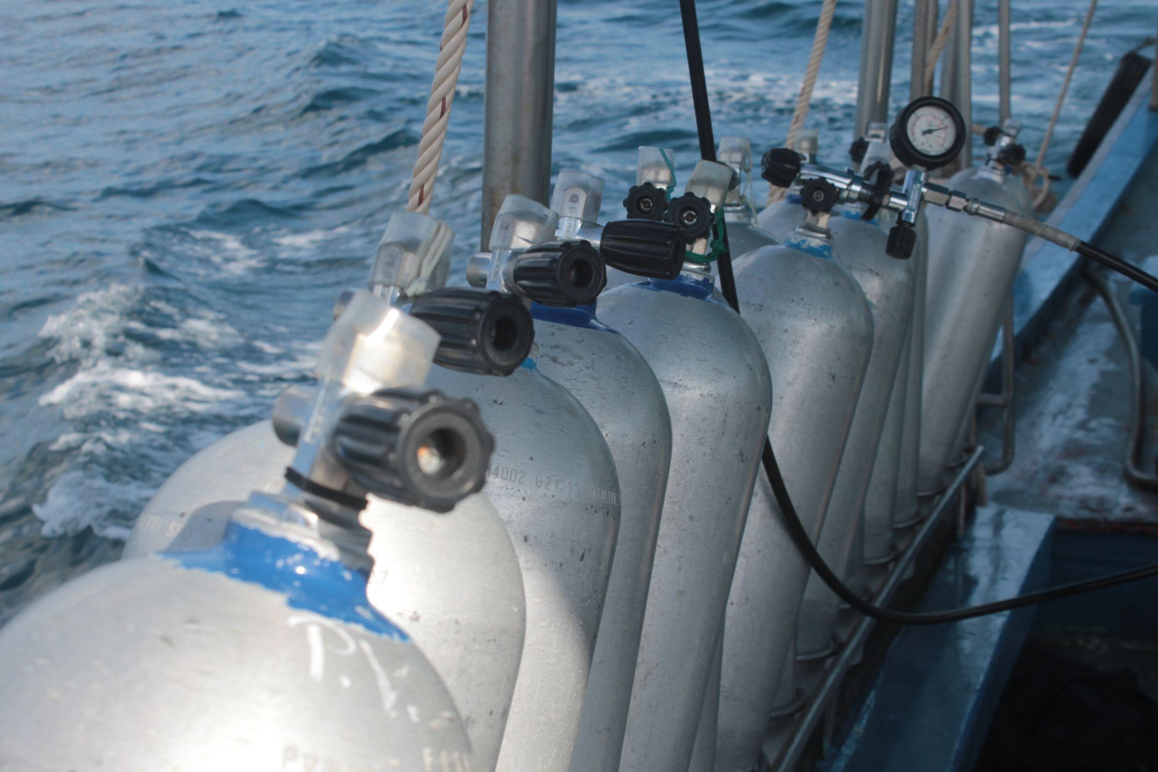 Tanques de oxígeno en el barco hacia uno de los puntos de buceo