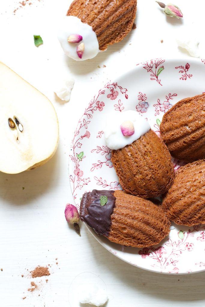 Madeleines Pastel : pêche & poire, avec glaçage au beurre de coco & cacao cru, soupçon de rose & menthe-fraise / Chaudron Pastel