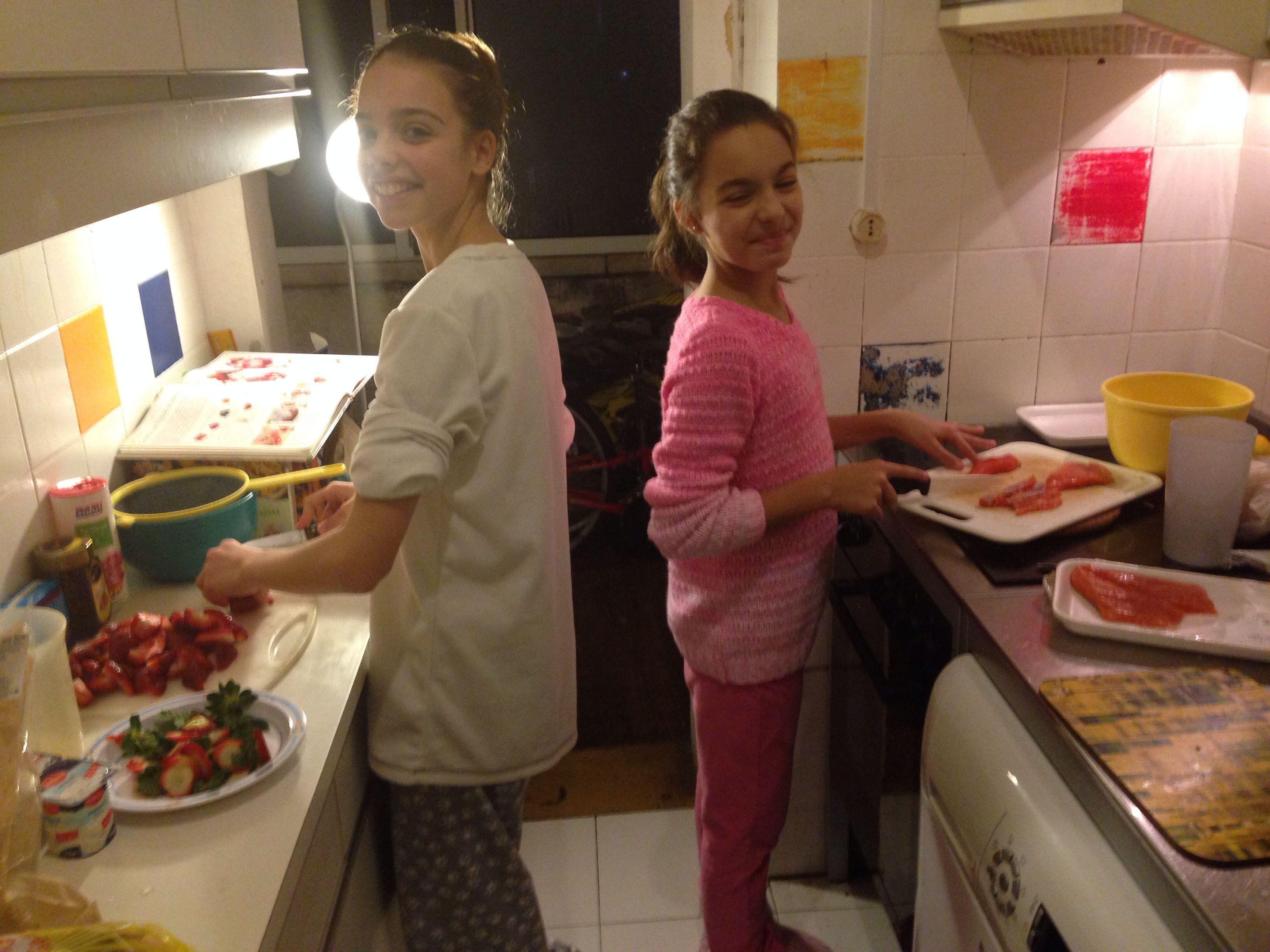 Eu e a minha irmã mais velha a fazer o jantar!!!!!