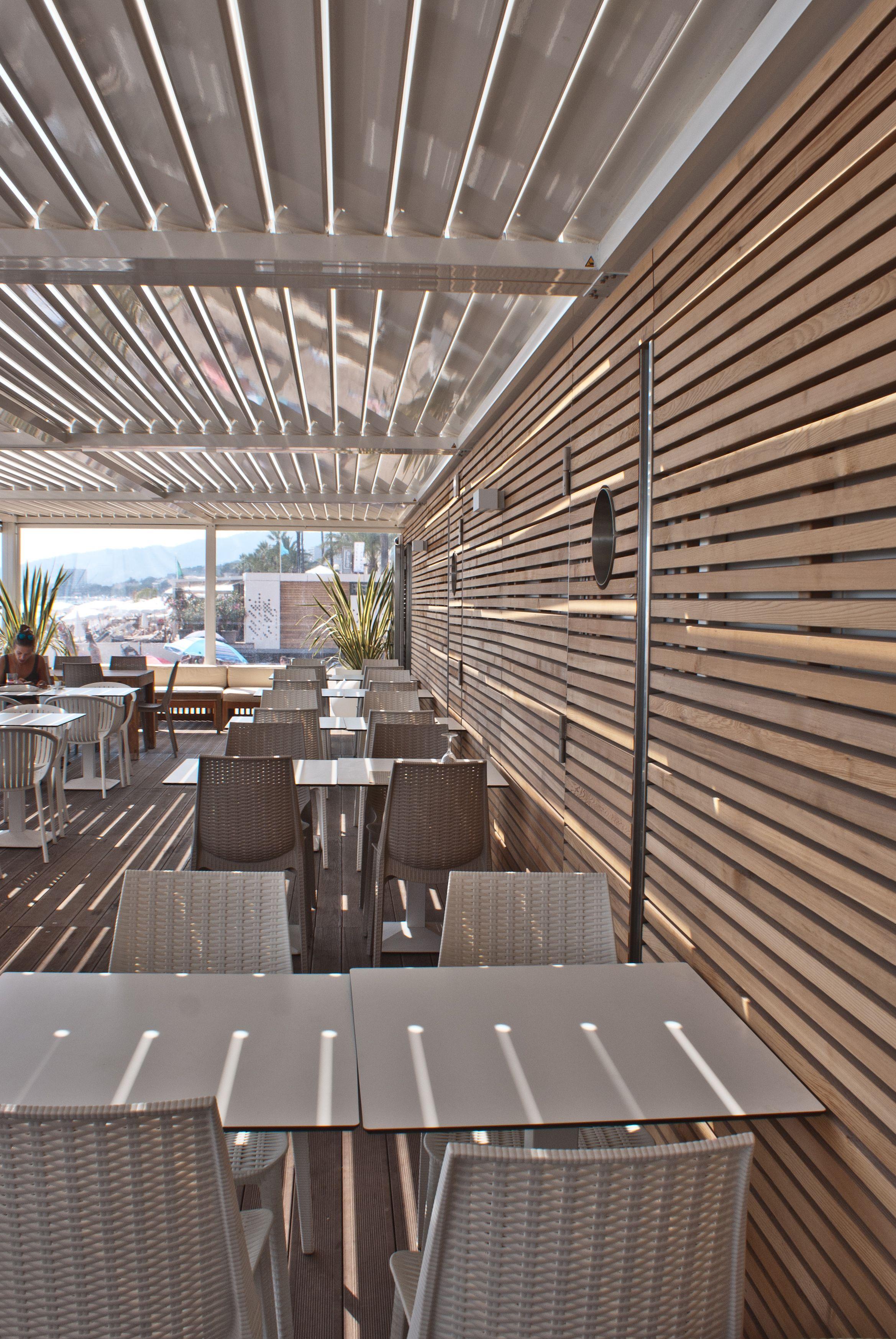 Stabilimenti balneari a Cannes, Francia! Rivestimento con listelli in legno d...