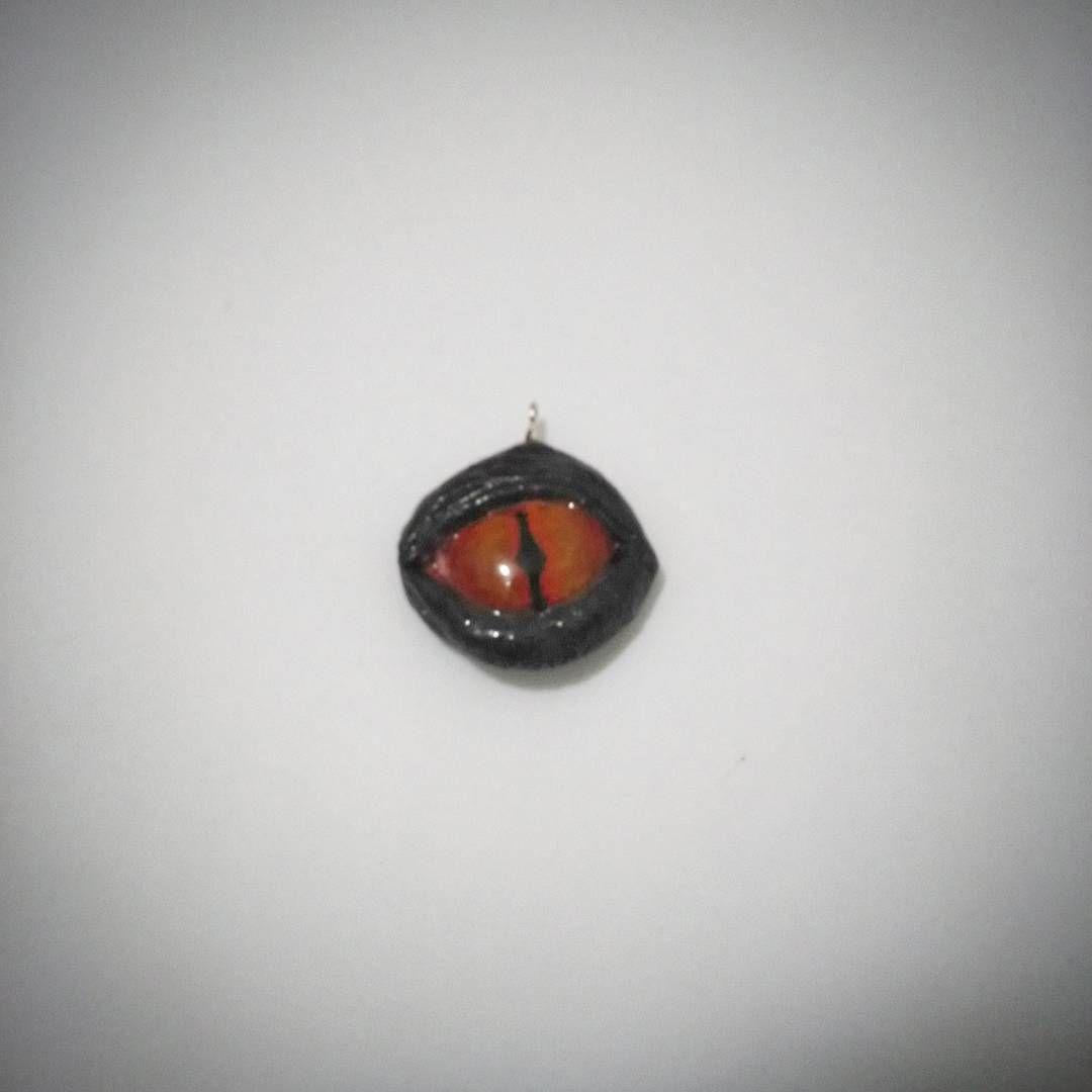 Collar de ojo de dragón. Modelado en porcelana fría con resina de gemelos. trabajo artesanal.  Esta pieza está diisponible para la venta. Su precio es 11000 pesos colombianos. Interesados hablarme por inbox en mi fanpage o por mi whatsapp 319 277 21 13 #dragonseye  #eyes #dragon #Necklance  #craft #artesanal #sculptcrafting #sculpt #artcraft #arte #personalizado #ojodedragon  #accesorios  #painted  #fantasía  #bestiamistica  #collar  #collardeojo #crecienteescarlata