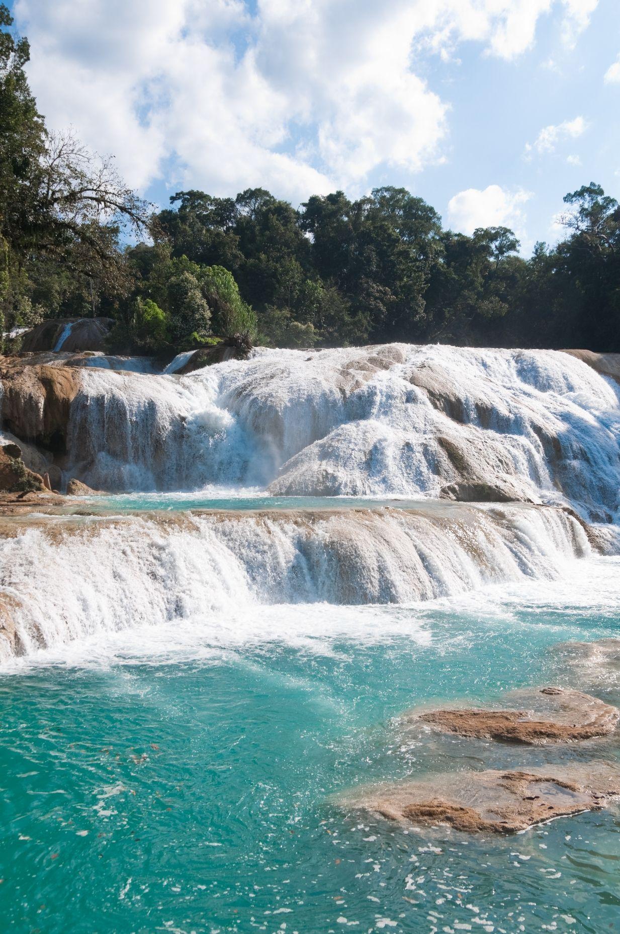 El río Agua Azul en #Chiapas es la opción ideal para los amantes de la naturaleza y el #turismoaventura. Disfruta de las mejores aventuras: campinismo, paseos en bicicletas, pesca y reconocimiento de flora y fauna. www.bestday.com.mx/Chiapas/ReservaHoteles/
