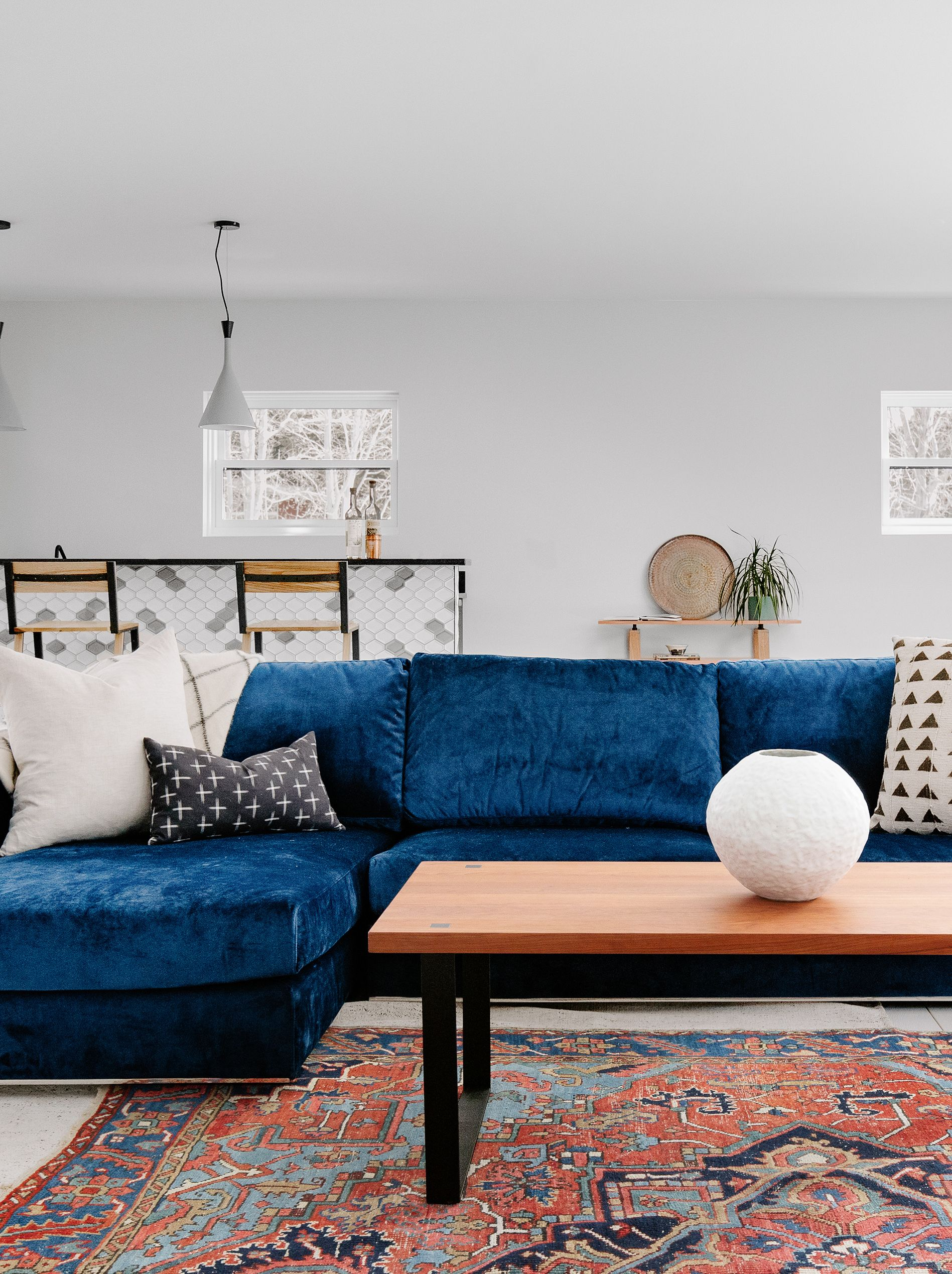 Stylist Bret Alexandra With Guesthouseshop Created This Lovely Living Room Indigo Blue Sectional From Interiordefine Vintage Rug Woonkamer Interieur Wonen