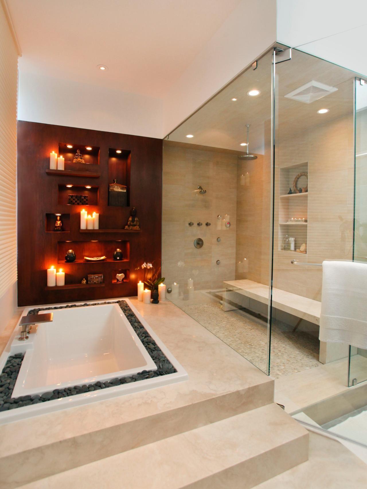 Une grande baignoire et une immense douche  l italienne pour