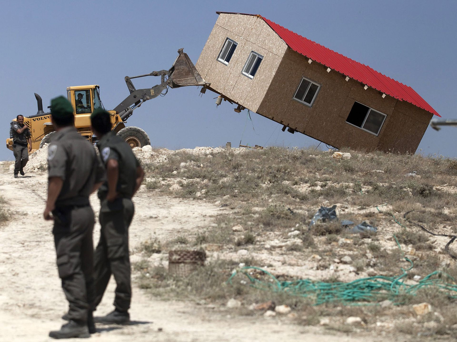 Israeli border police watch as an illegal Jewish settler home is ...