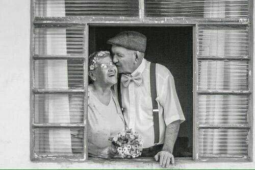 سألت احد كبار السن كيف كنتم تعيشون بلا تكنولوجيا انترنت هواتف ذكية الكترونيات اجابني كما تعيشون الان بلا حب و Old Couples Couples In Love Growing Old Together