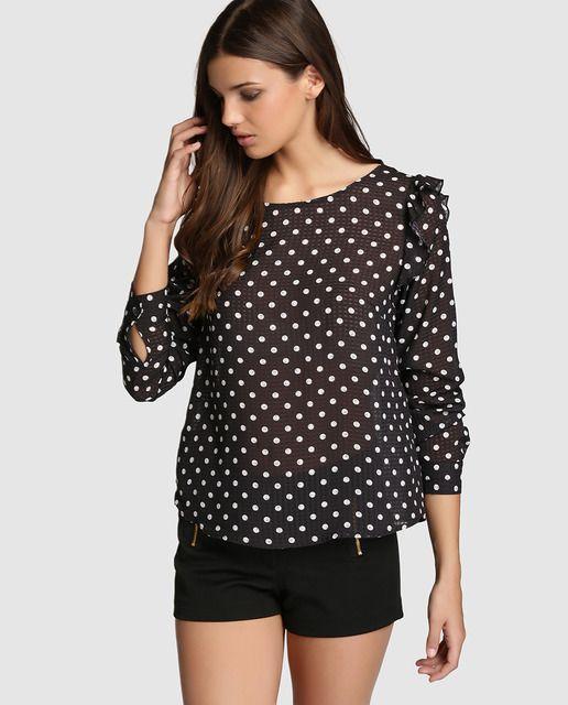 0448cf5c46ed Blusa en color negro con estampado de lunares y adorno de volantes ...
