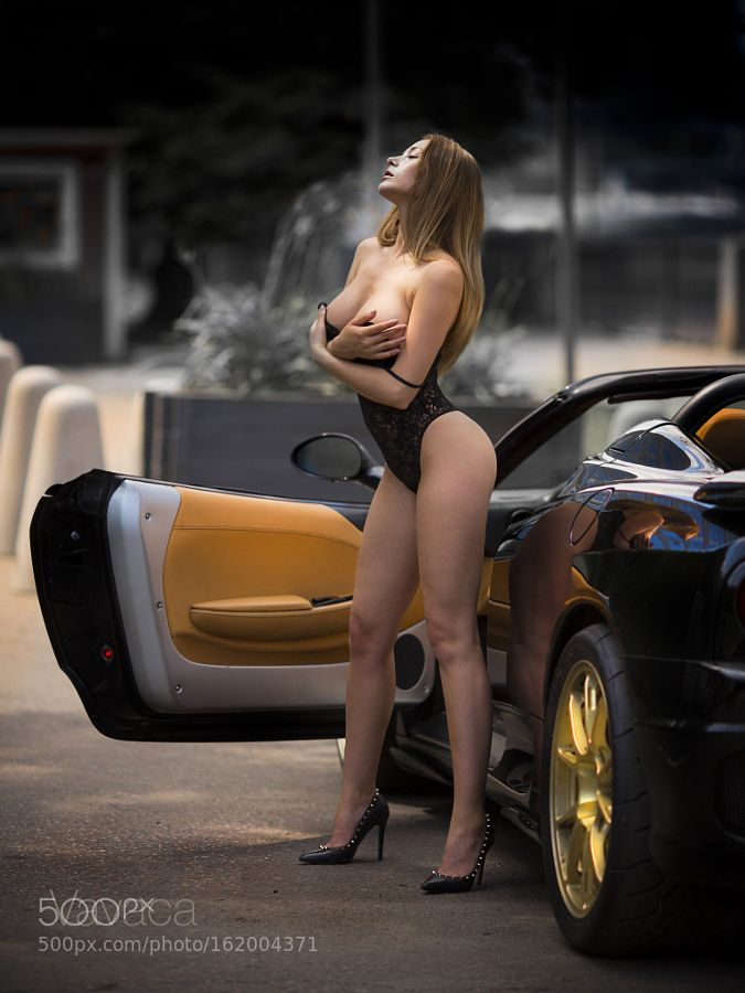 Hot naked girl pussy in car-6147