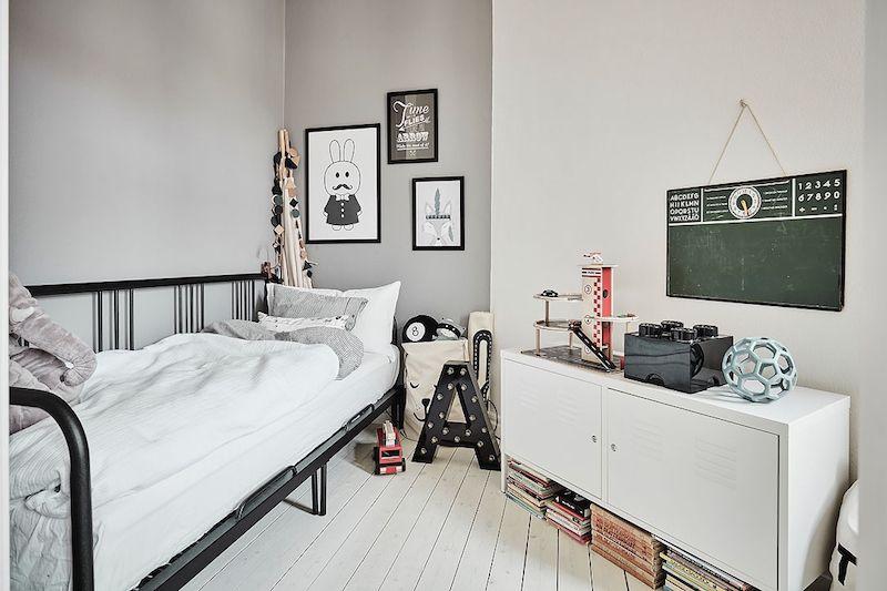 Tämä upeasti kunnostettu vanha asunto on saanut osakseen valoisan ilmeen, johon kodikkuutta ja lämpöä tuovat alkuperäinen puulattia, talon rakenteelliset piirteet ja mielenkiintoa lisäävät yksityskohdat. Valoisan ilmeen seasta löytyy tunnelmallinen sisustus, joka kätkee itseensä hienoja kontrasteja sekä tummista pinnoista että rouheista materiaaleista. Myynnissä Alvhem -sivuilla.  Keittiön tasapainoinen tyyli syntyy seinustan pitkästä työskentelytasosta sekä rajoitetusta määrästä…