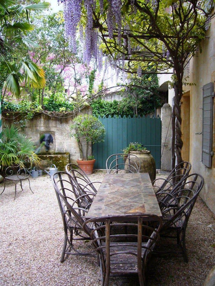 patio com fonte e pergola