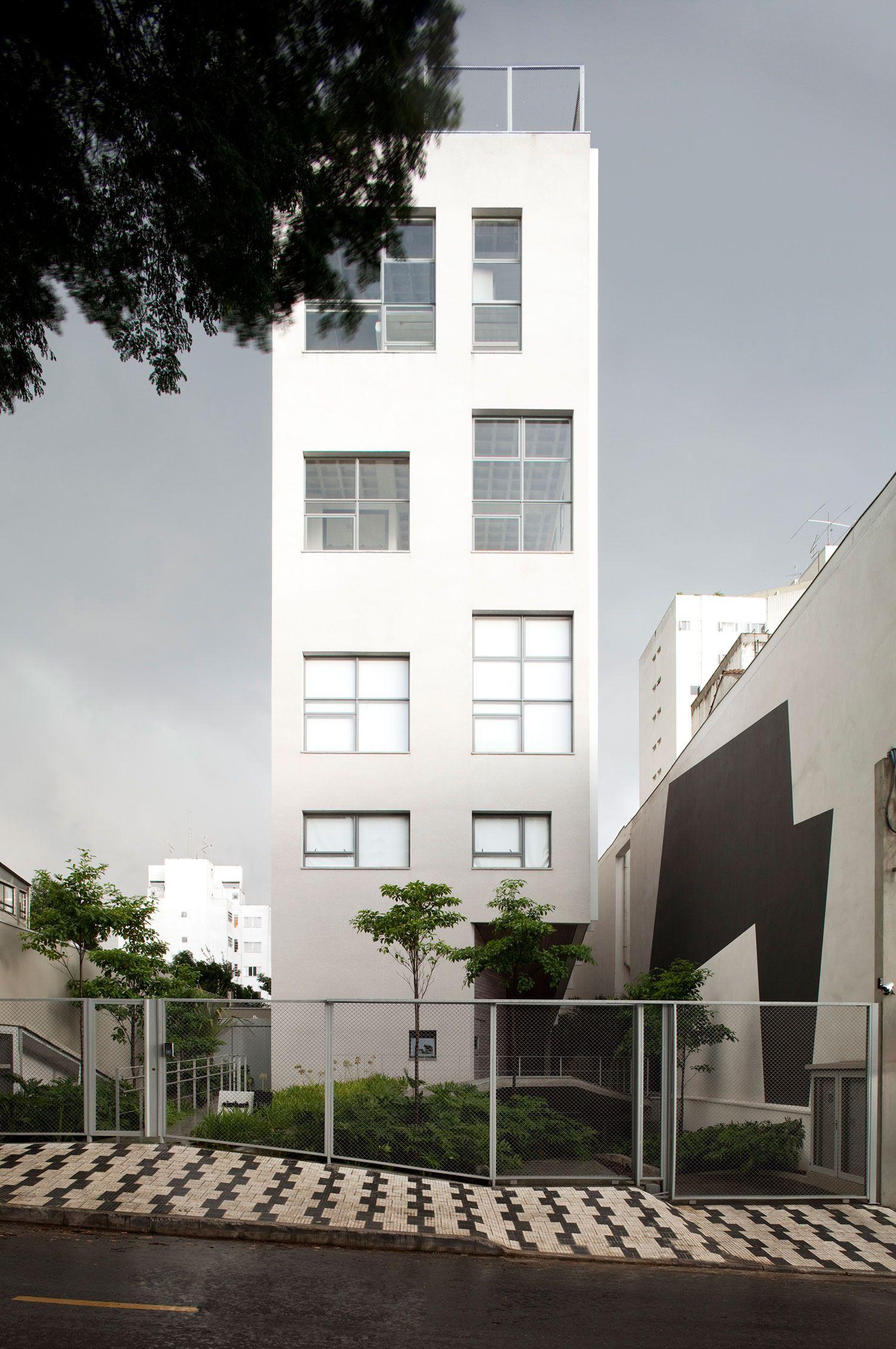 Um prédio de arquitetura contemporânea, projetado pelo premiado escritório Andrade Morettin, o Aimberê tem uma fachada que com certeza vai continuar bonita daqui a 100 anos. São poucos andares e unidades, com plantas flexíveis e customizáveis, em um bairro bacana, cheio de praças e próximo do agito da Vila Madalena.