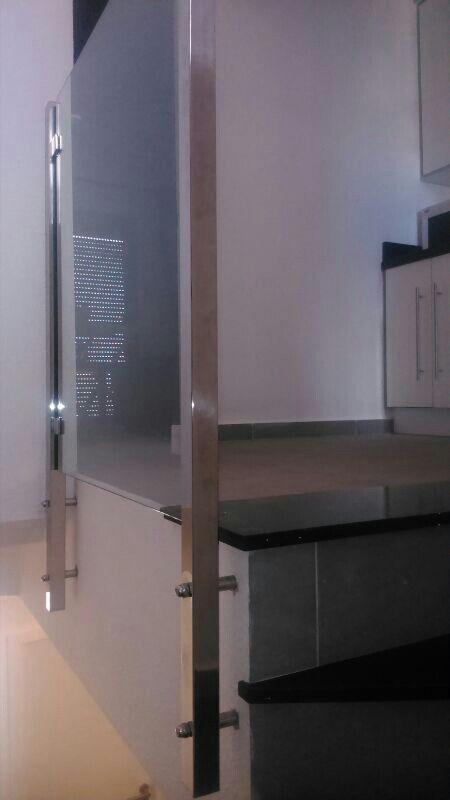 Barandilla de acero inoxidable y vidrio para rellano de escalera