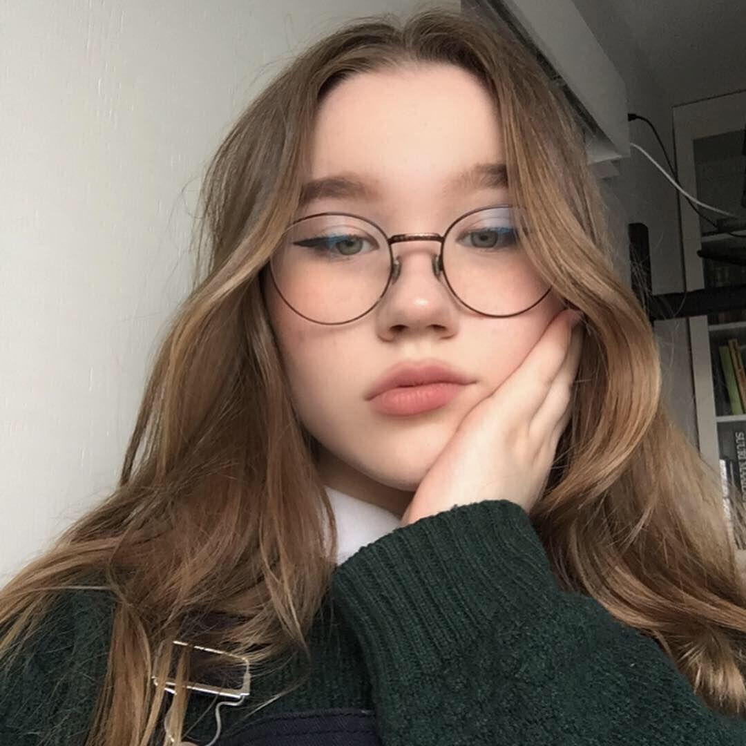 Das Mädchen Mit Der Brille
