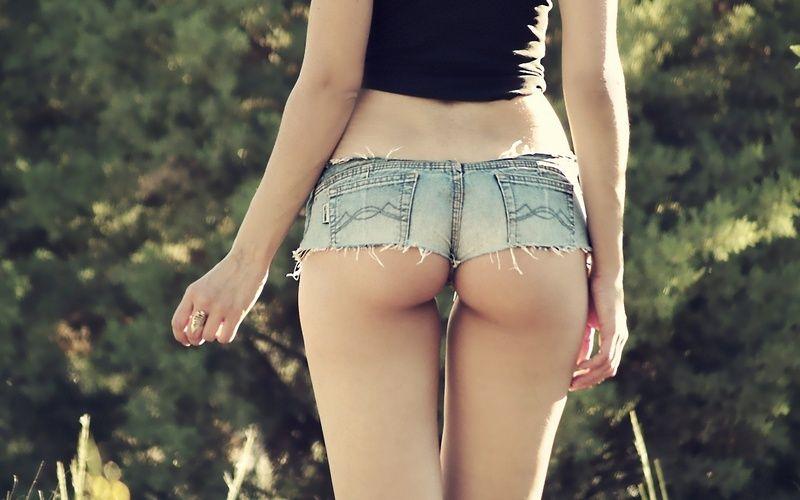 Попа в джинсах коротких