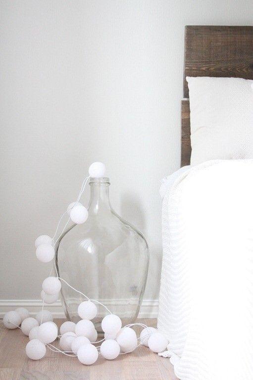deco idee grote glazen fles met lampjes op de grond decorating