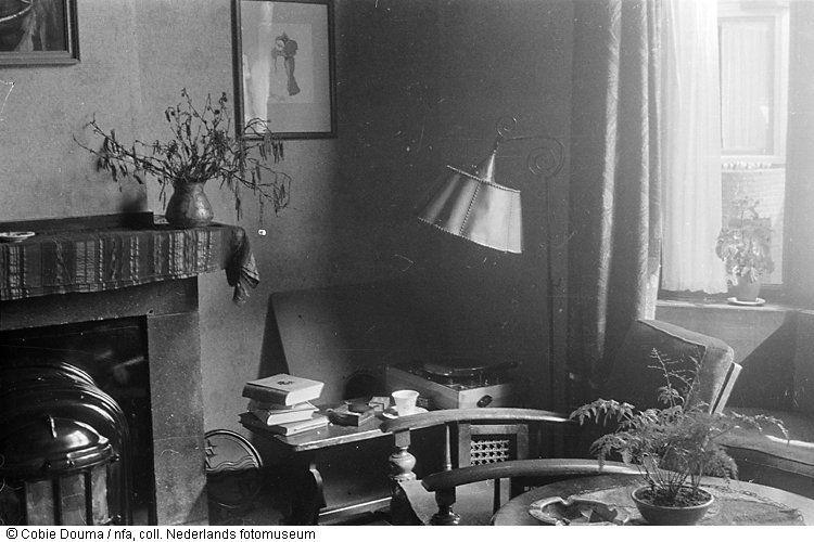 Huiskamer van vriend of vriendin(?) van Cobie Douma (1944) 1940s
