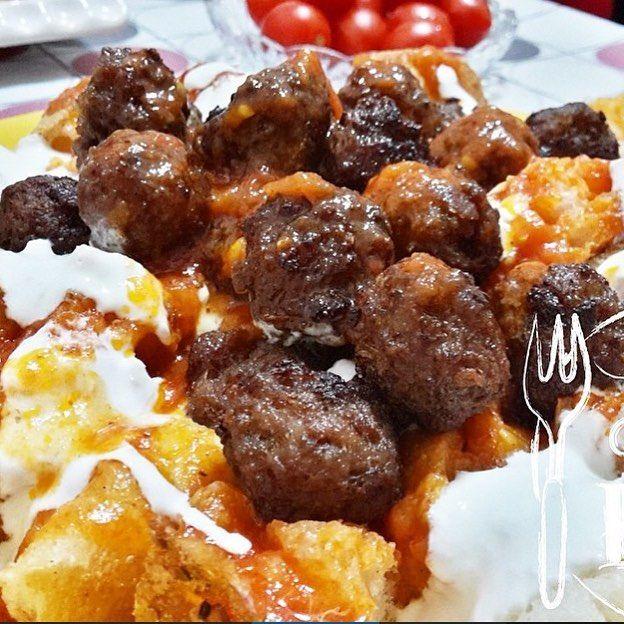 En güzel mutfak paylaşımları için kanalımıza abone olunuz. http://www.kadinika.com Akşam yemeğine karar veremiyen arkadaşlarıma gelsinMİSKET KÖFTE  Malzemeler: 500 gr kıyma 1 tane yumurta Ekmek içi Köfte baharatı Çay kaşığın ucuyla kabartma tozu 1 2 yemek kaşığı sirke 1 tane kuru soğan rendesi Kızartmak için yarım çay bardağı sıvı yağ Sos için: 3 tane orta boy domates rendesi Bir yemek kaşığı dolusu salça Tere yağı Yoğurt ve doğranmış pide  Yapılışı: Köfte malzemeleri bir kaseye konularak…
