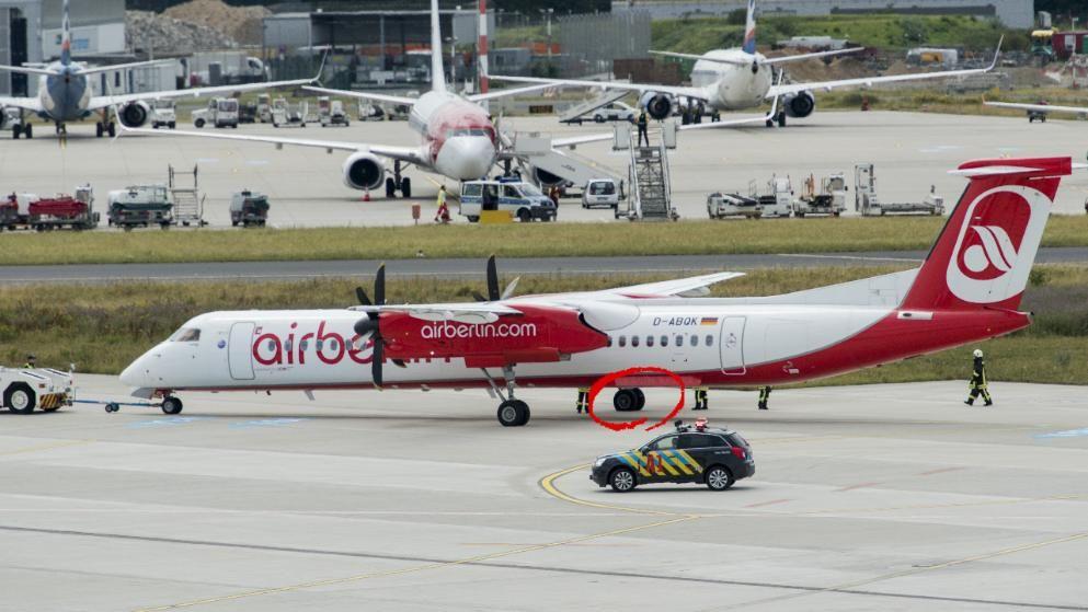 Flughafen Düsseldorf AirBerlinMaschine hat platten