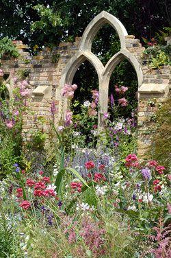 Un bel exemple de jardin de cur hampton court coups de c ur pinterest - Jardin romantique anglais ...