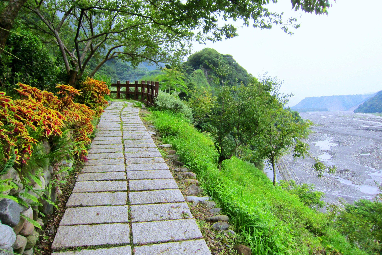 Beautiful footpath (2816x1880)  via www.allwallpaper.in