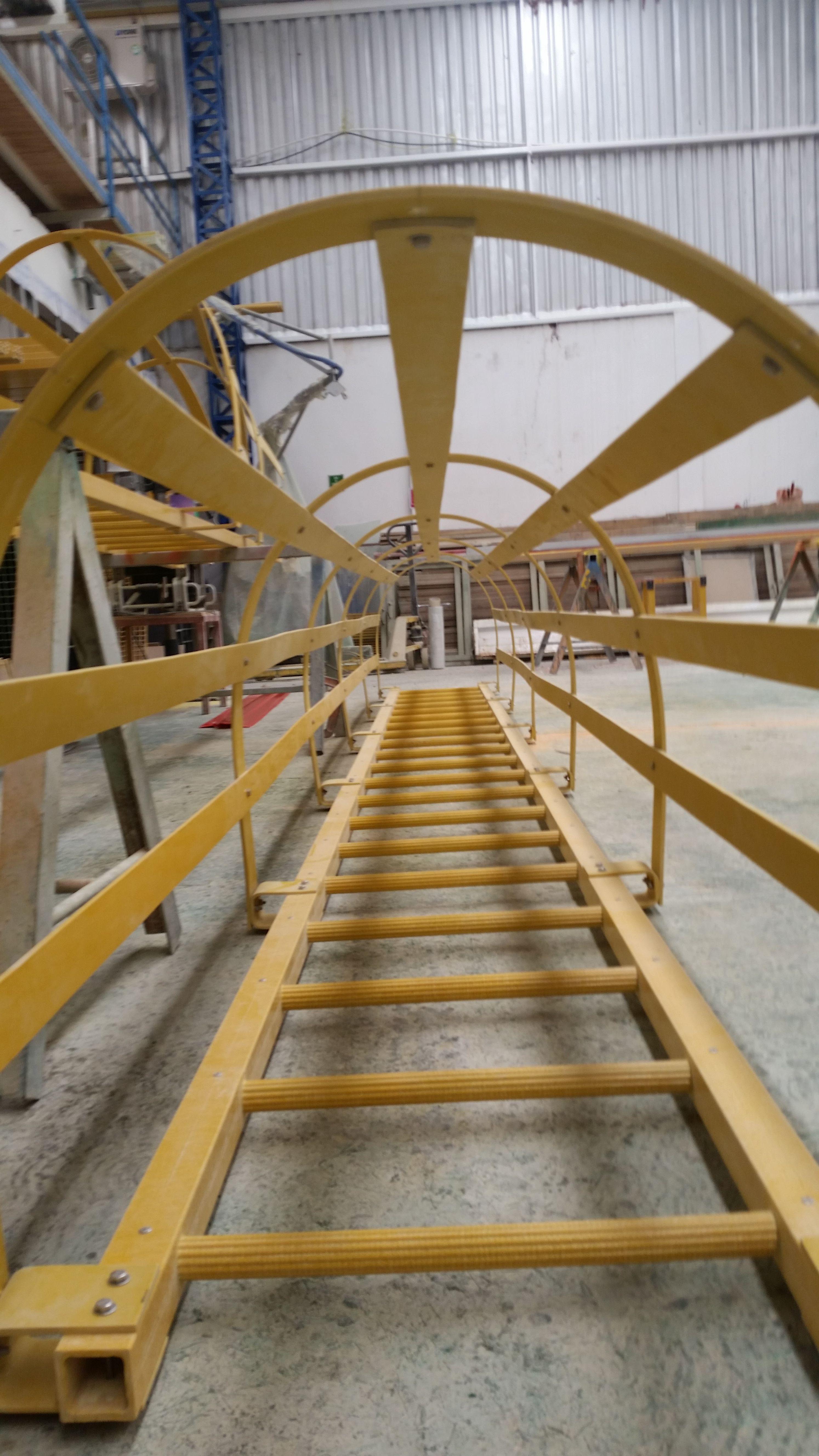 Las innovadoras escaleras marinas y guardas cumplen y - Proteccion para escaleras ...