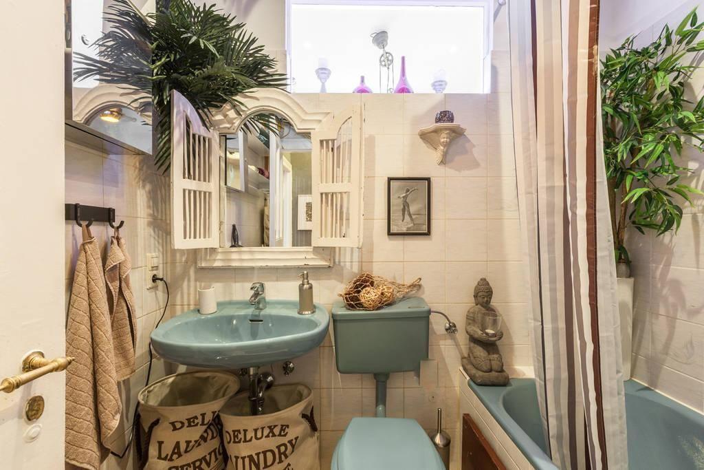 Badeparadies in #Neukölln mit großer Badewanne in türkis, passendem Waschbecken und großem weißen Spiegel. #Berlin #Bad #Badezimmer #Einrichtung #Einrichtungsidee #Waschbecken #bathroom #bath #interior #homeinterior #interiordesign #retro