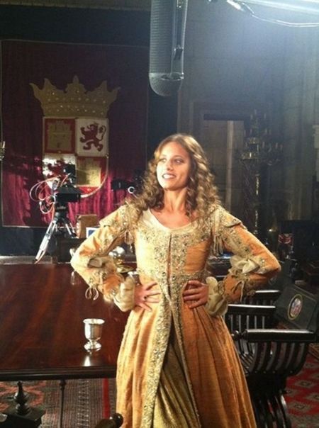 Michelle Jenner Como Isabel De Castilla 041 Jpg 450 604 Historical Dresses Medieval Fashion Pretty Dresses