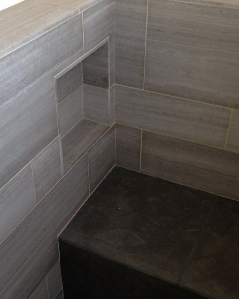 Entspannendes badezimmerdekor inside shot of a master shower using cream limestone and blue lagos