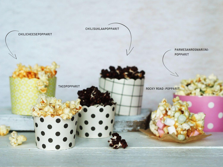 Rocky road popcorn: 1 dl minivaahtokarkkeja, 1/2 pss mikropoppareita, 1 pss Omar-karkkeja, ½ dl suolapähkinöitä, ½ dl kuohukermaa. Popsauta popparit. Vuoraa laakea vuoka leivinpaperilla. Levitä popparit, vaahtokarkit ja pähkinät vuokaan. Mittaa muovikulhoon kerma ja Omarit. Lämmitä mikrossa ensin 20 s ja sekoita. Toista kunnes karkit ovat sulaneet kermaan. Kaada seos herkkujen päälle tasaisesti. Anna kovettua jääkapissa tunnin ajan. Nosta leivinpaperi vuoasta ja leikkaa ruuduiksi.