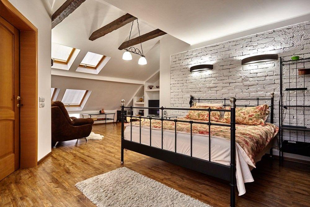 Große Vintage Schlafzimmer Im Dachgeschoss Raum Mit Original Ziegelwände,  Holzbalken, Holzfußböden Und Geräumigen Sitzbereich.