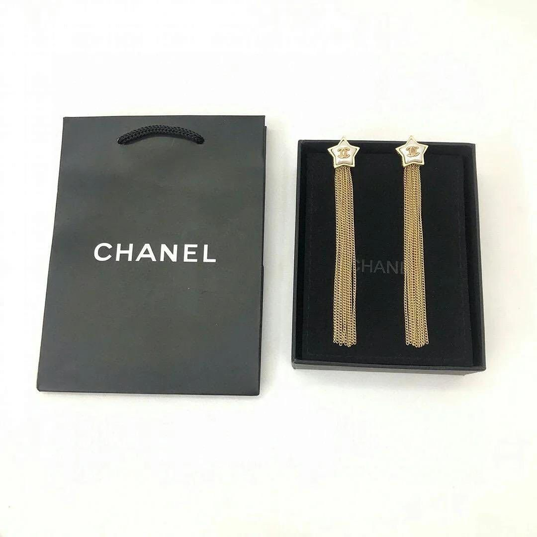 اكسسوارات ماركات بجودة رائعة وأشكال وألوان أسطورية عروض جديدة للاستفسار تفضلي بالتواصل على الخاص متوفر التوصيل In 2020 Chanel Pins