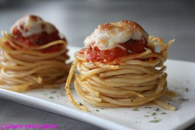 Cocinando entre libros: Falsos muffins de espaguetis con albóndigas: Ingredientes (6 unidades): 200 gr de espagueti (peso en crudo)  50 gr de queso parmesano ratlat  aceite de oliva  orégano  6 albóndigas fritas  salsa de tomate casera  queso rallado para gratinar