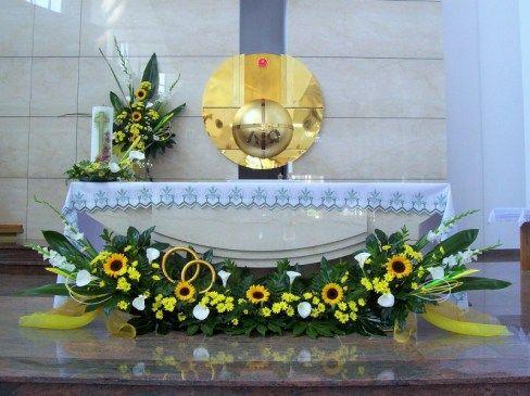 Kompozycje Na Oltarz Slub Sloneczniki Kalie Mieczyki Margaretki Church Flower Arrangements Contemporary Flower Arrangements Altar Flowers