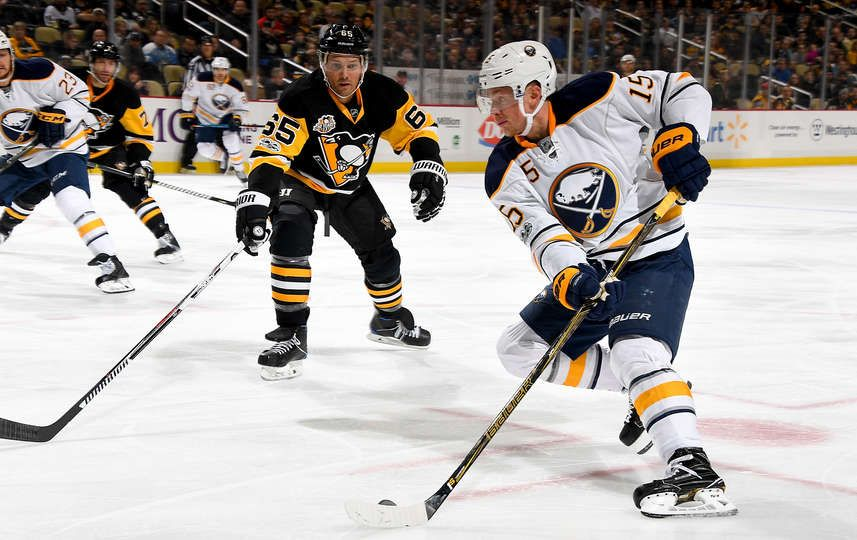 Penguins vs. Sabres - 03/05/2017 - Pittsburgh Penguins - Photos : Jack Eichel #15 of the Buffalo Sabres handles the puck against Ron Hainsey #65
