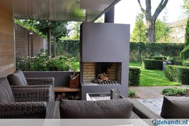mooie openhaard in de tuin met lekker plekje om te zitten