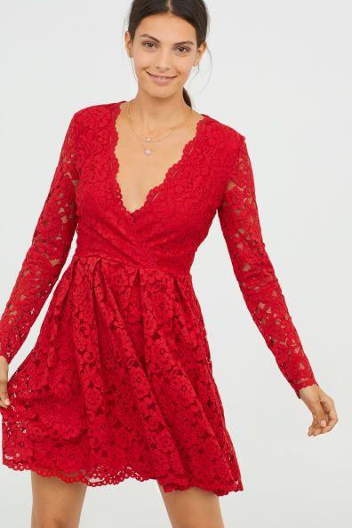 Rode Kanten Jurk.Kanten Jurk Met V Halsmodel Poseren In 2019 Dresses Red Holiday
